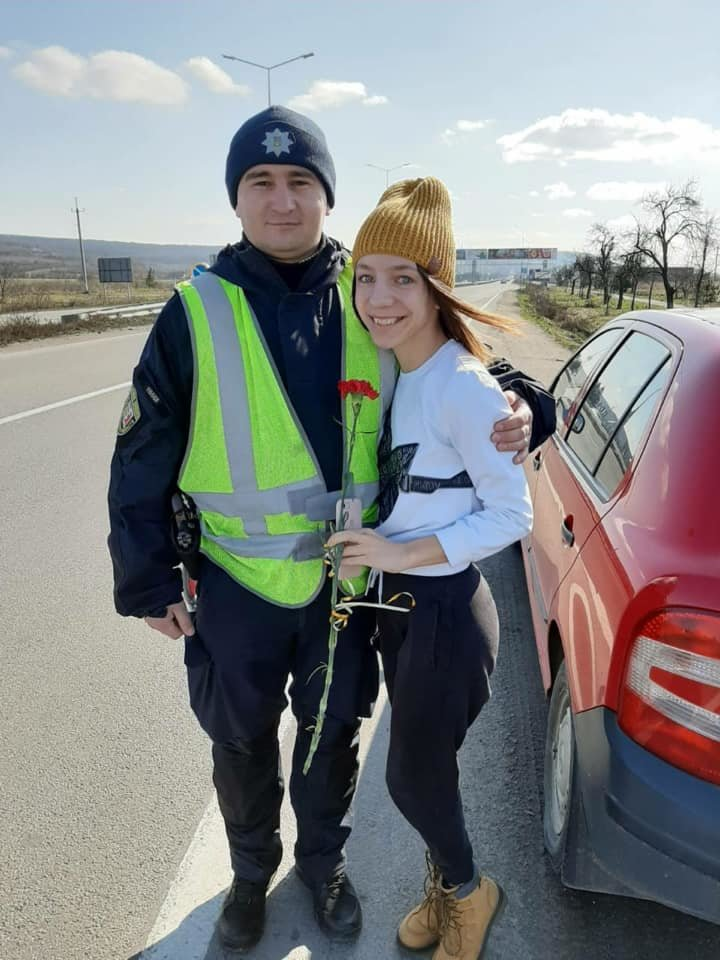 Закарпатські поліцейські дарували жінкам - водіям квіти (ФОТО), фото-1
