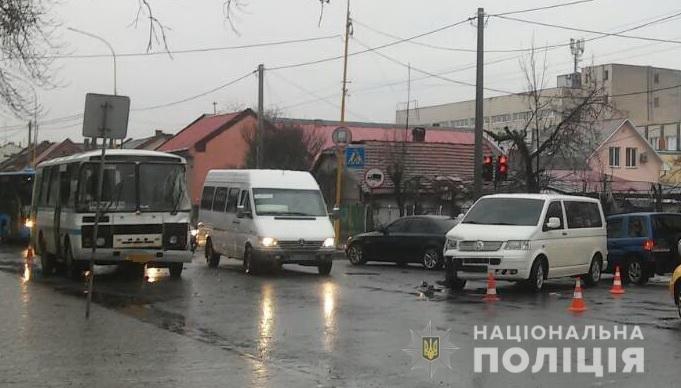 В Ужгороді сталася потрійна ДТП за участі рейсового автобуса, 22-річна жінка травмована (ФОТО), фото-1