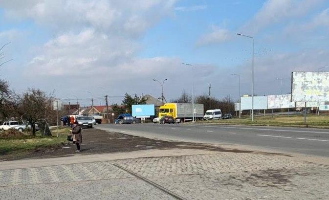 При в'їзді в Ужгород трапилась ДТП: зіткнулися мікроавтобус та легковик (ФОТО), фото-2
