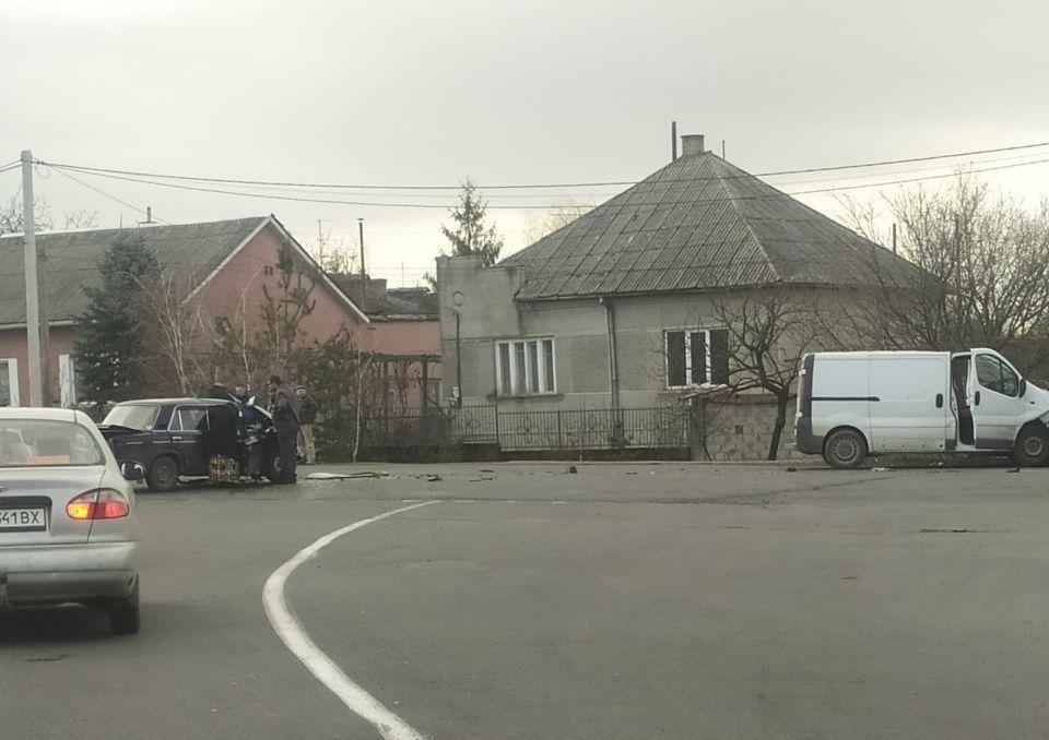 При в'їзді в Ужгород трапилась ДТП: зіткнулися мікроавтобус та легковик (ФОТО), фото-1