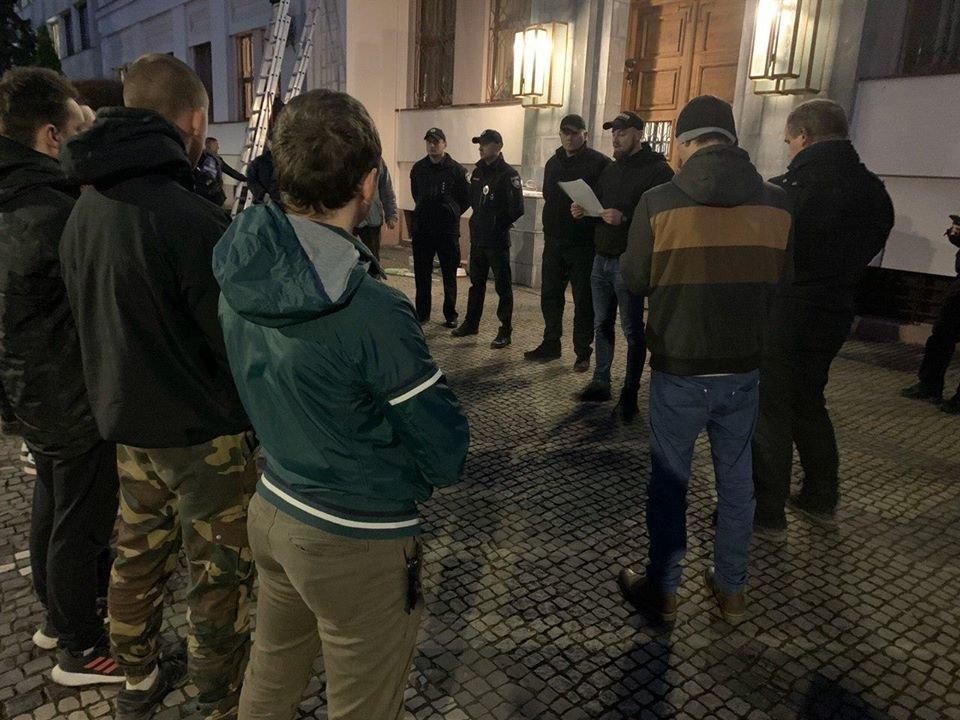 В Ужгороді Нацкорпус і ветерани палили фаєри під стінами ГУ НПУ (ФОТО), фото-1