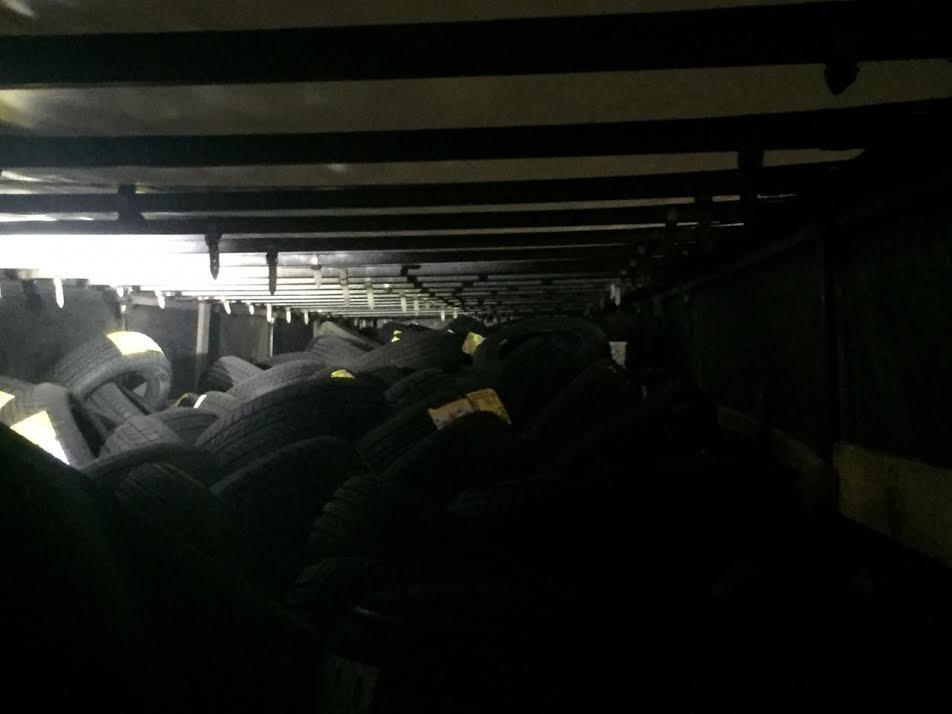 Хотів потрапити в Італію: на Закарпатті в автівці разом із шинами намагалися перевезти людину (ФОТО), фото-2