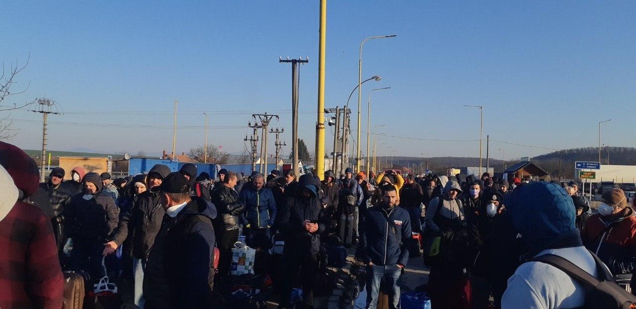 """Із 14-денною самоізоляцією: пішоходи вертаються додому через тимчасово відкритий КПП """"Ужгород"""" (ФОТО, ВІДЕО), фото-1"""