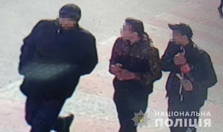 В Ужгороді двоє неповнолітніх, погрожуючи ножем, пограбували перехожого, фото-1