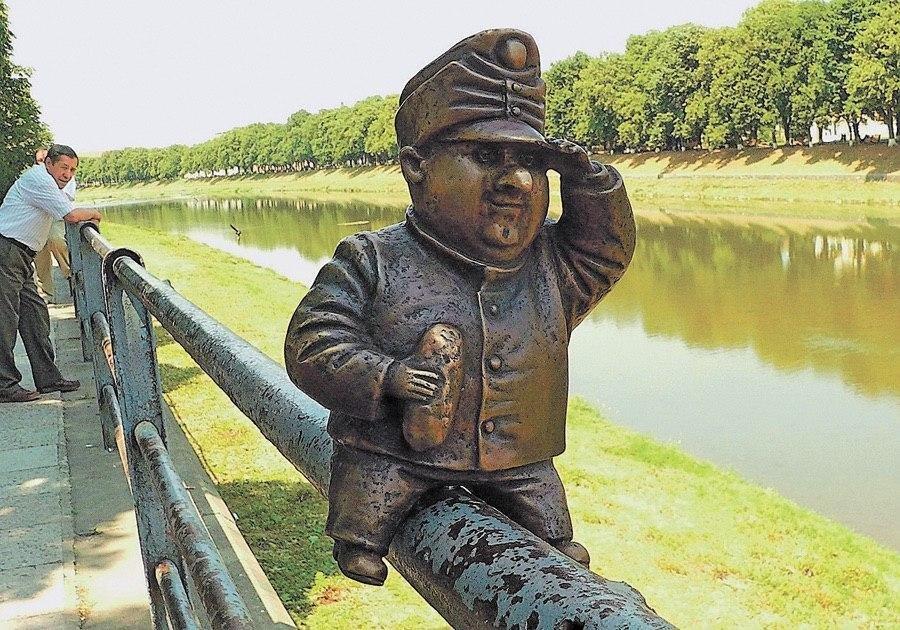 В Ужгороді невідомі викрали міні-скульптурку солдата Швейка (ФОТО), фото-3