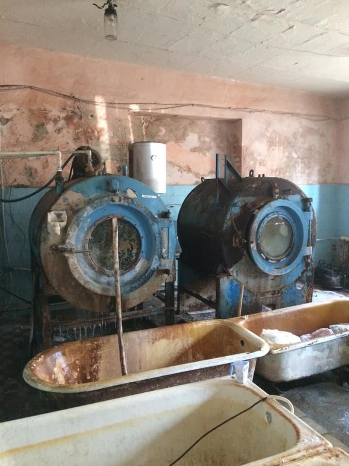 Іржа, пліснява та гнилі труби: стан пральні Хустської лікарні приголомшує (ФОТО), фото-2