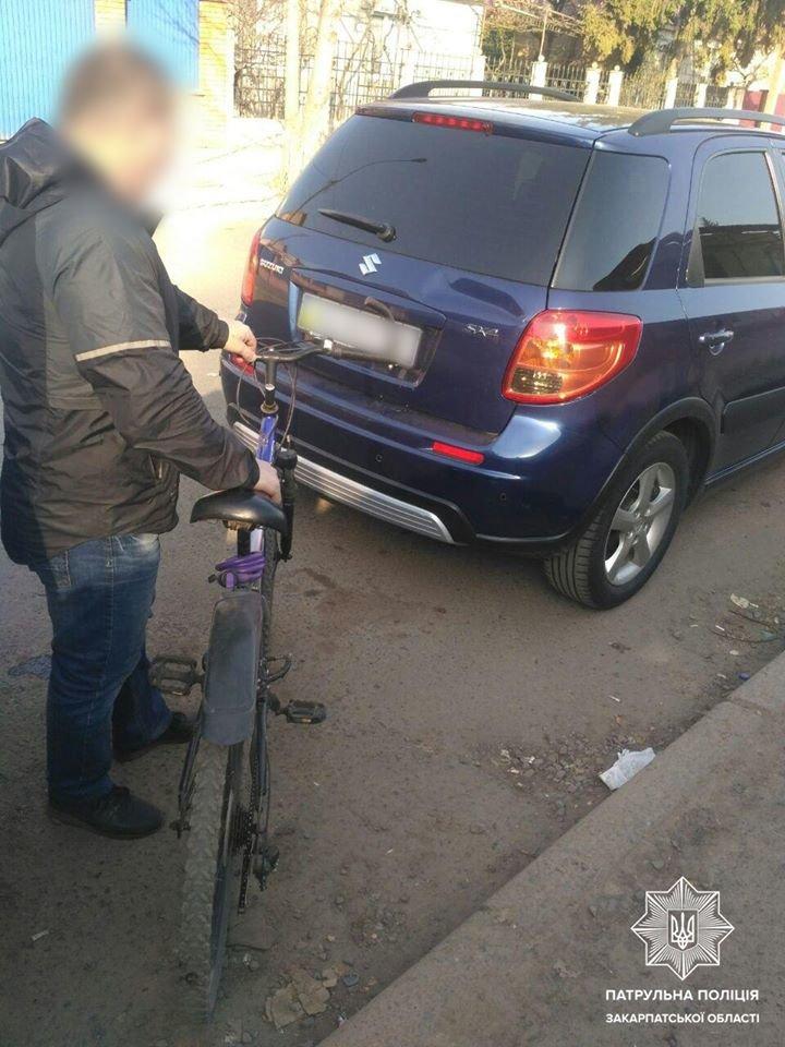 Не врахував дорожньої обстановки: в Ужгороді велосипедист в'їхав у авто (ФОТО), фото-1