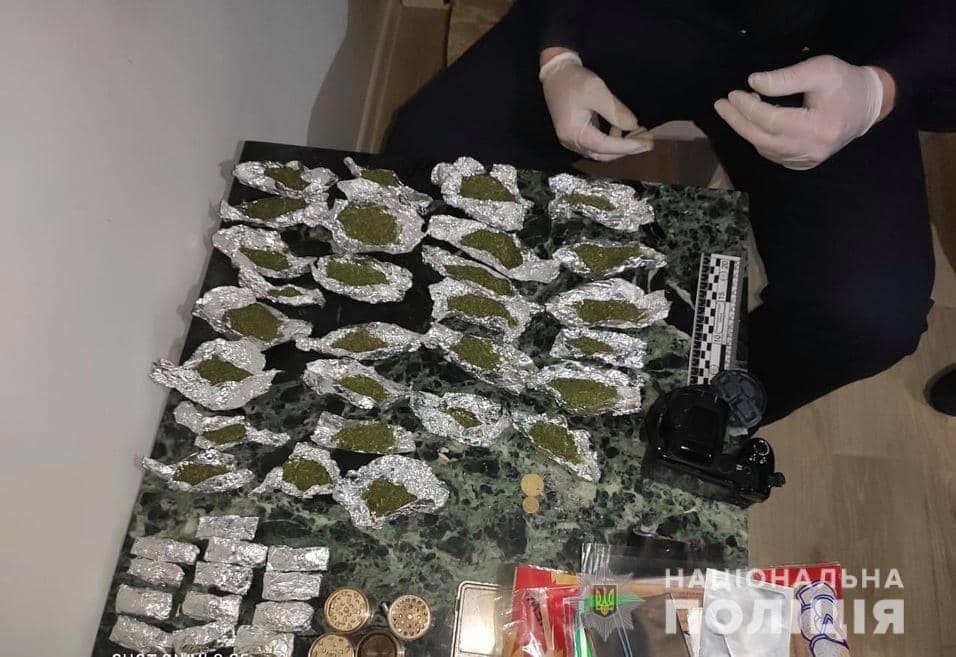 Були розфасовані та готові до збуту: поліцейські затримали ужгородця з великою партією марихуани (ФОТО), фото-1