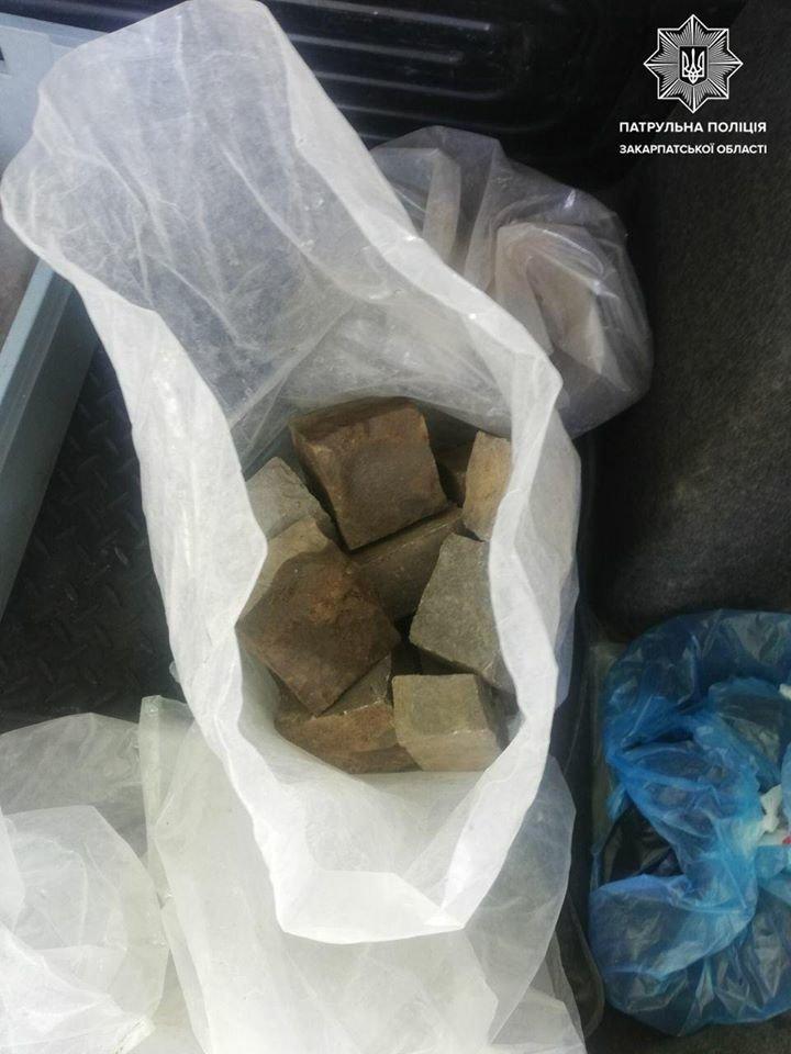 """Складав бруківку в пакети та розміщував у багажник: в Ужгороді """"на гарячому"""" спіймали злодія (ФОТО), фото-2"""