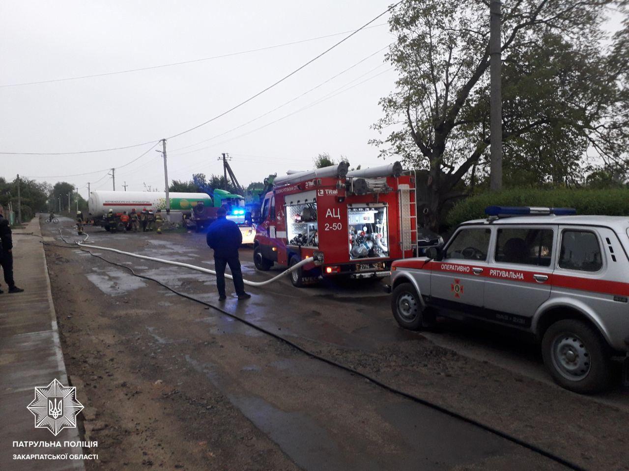 Офіційно від поліції: В Ужгороді п'яний водій газовоза не впорався з керуванням та злетів з дороги , фото-2
