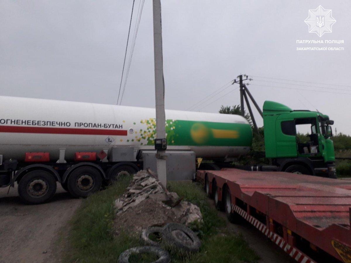 Офіційно від поліції: В Ужгороді п'яний водій газовоза не впорався з керуванням та злетів з дороги , фото-1