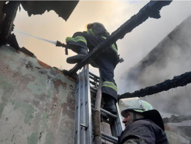 На Закарпатті палав дачний будинок: рятувальникам вдалось ліквідувати пожежу (ФОТО), фото-2