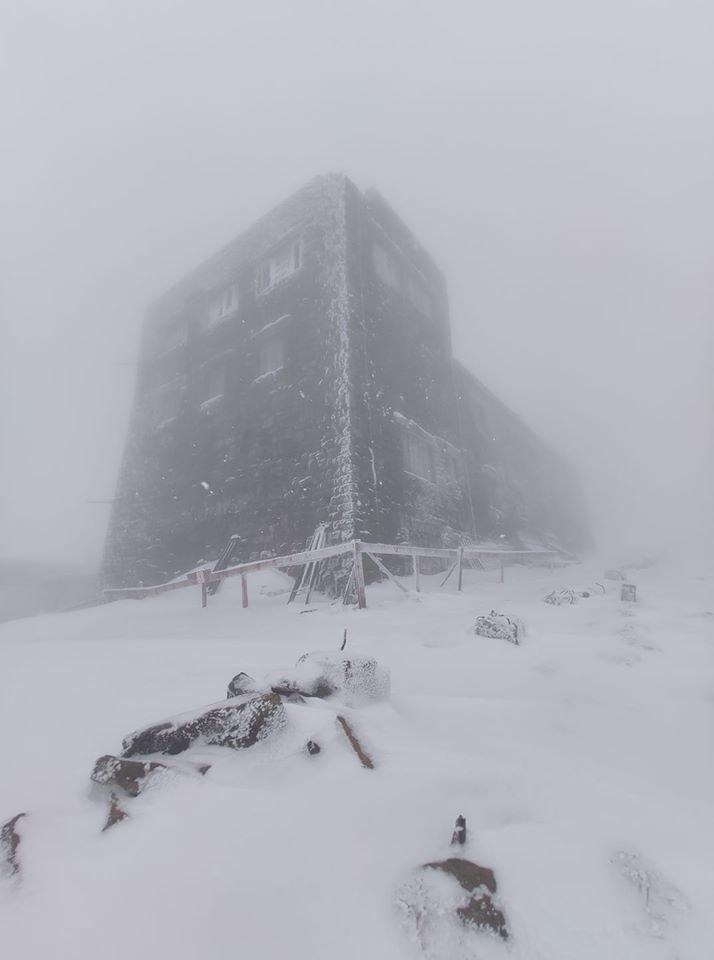 Майже літо? У Карпатах випало 10-15 см снігу, місцями - надуви до 40 см (ФОТО), фото-1