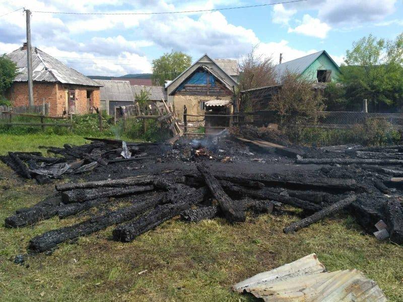 На Закарпатті горіла надвірна споруда, вогонь ледь не перейшов на житловий будинок (ФОТО), фото-1
