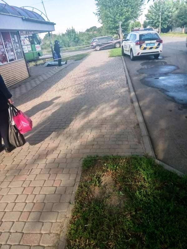 В Ужгороді на автобусній зупинці знайшли тіло мертвого чоловіка (ФОТО), фото-2