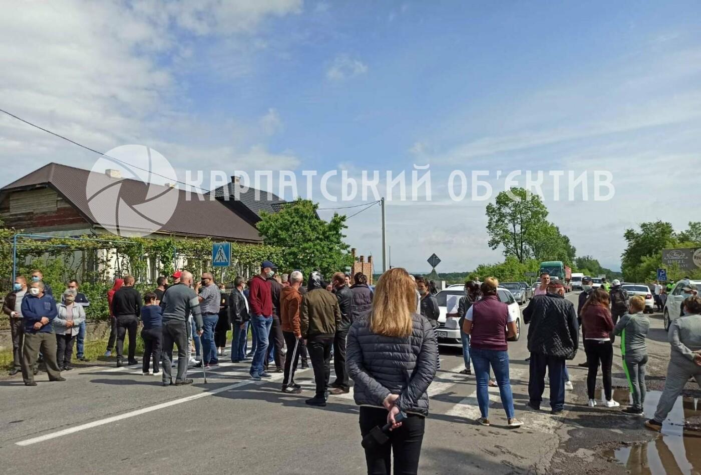 Закарпатці заблокували трасу державного значення Мукачево-Рогатин через об'єднання громади (ФОТО), фото-1