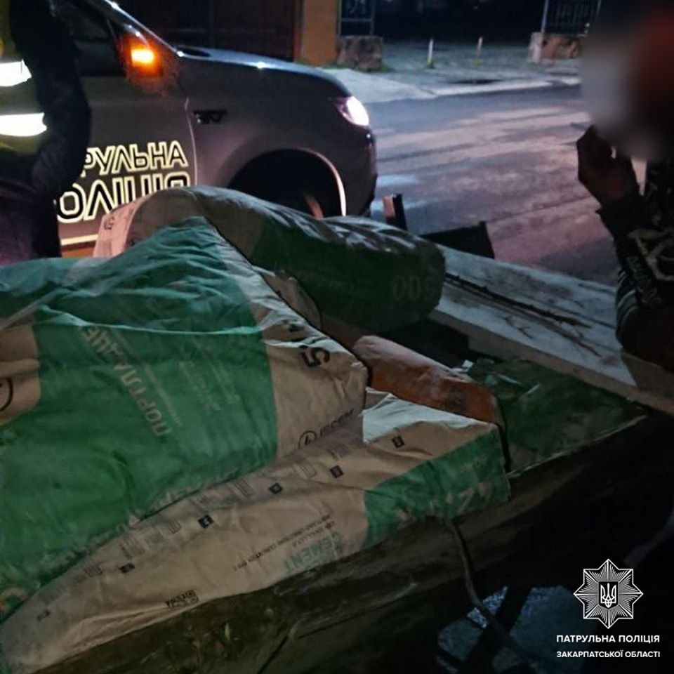В Ужгороді поліція затримала чоловіків, які вкрали 15 мішків цементу з будівництва (ФОТО), фото-3