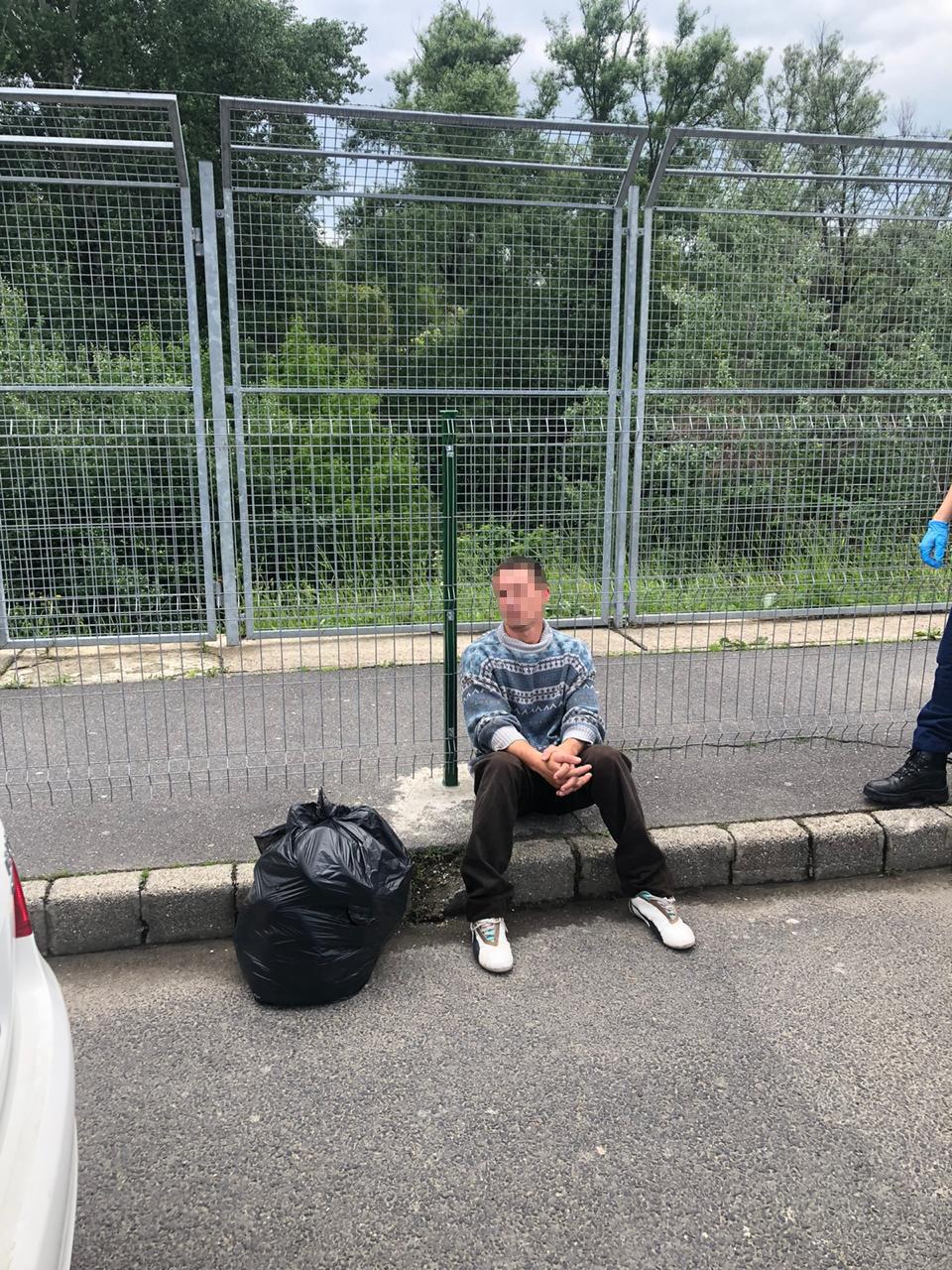Стрибнув з мосту: угорські прикордонники витягли з Тиси чоловіка, якого віднесло течією (ФОТО), фото-2
