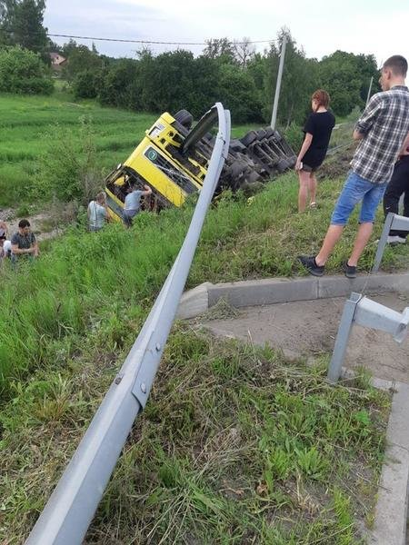 Не впорався з керуванням: на Житомирщині перекинулася вантажівка, якою керував закарпатець (ФОТО), фото-1