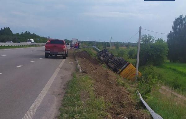 Не впорався з керуванням: на Житомирщині перекинулася вантажівка, якою керував закарпатець (ФОТО), фото-3