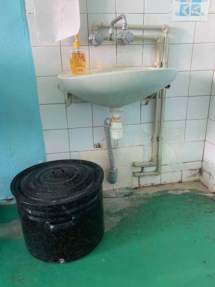 Грибок і розруха: мережу шокували світлини пологового відділення у Мукачеві (ФОТО), фото-8