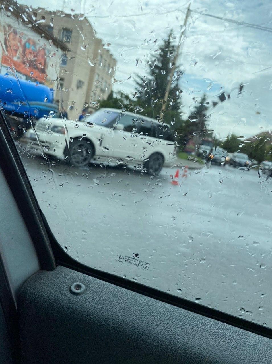 """В Ужгороді елітний Range Rover зіткнувся з автомобілем КП """"Водоканалу"""" (ФОТО), фото-2"""
