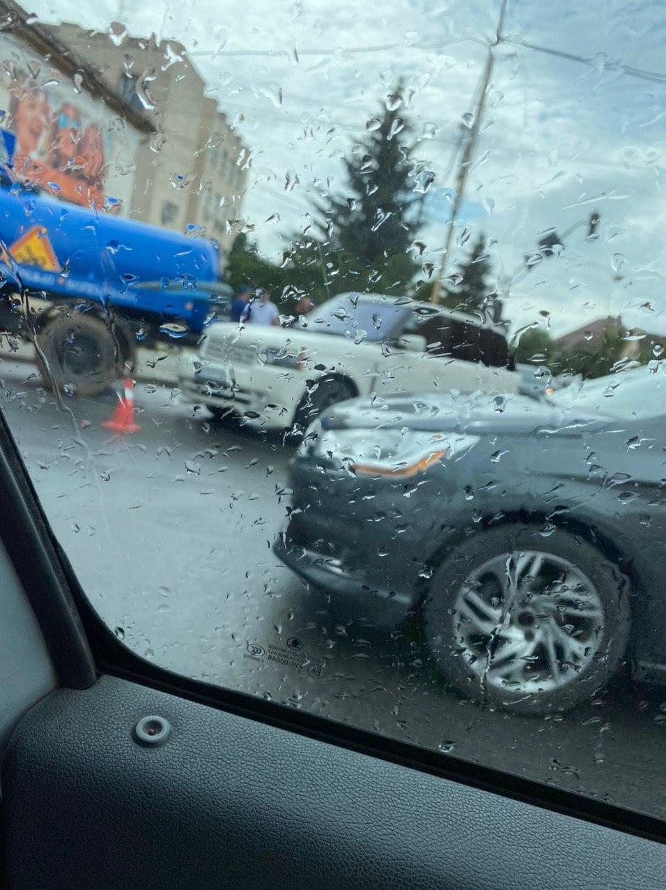 """В Ужгороді елітний Range Rover зіткнувся з автомобілем КП """"Водоканалу"""" (ФОТО), фото-1"""