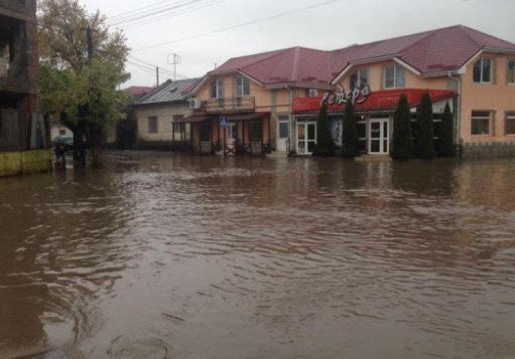 Повалені дерева та річки замість доріг: в Ужгороді ліквідували наслідки негоди, фото-1