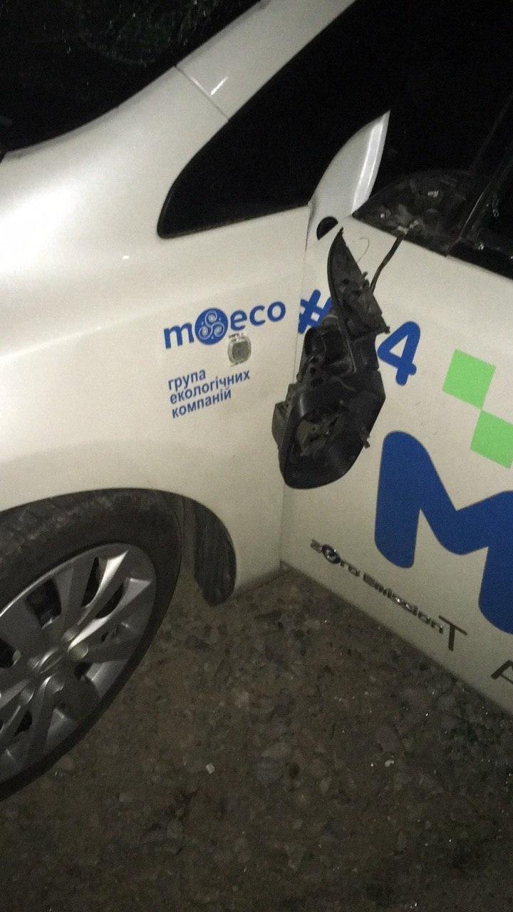 Конкуренція по-закарпатськи: у Мукачеві невідомі трощать електрокари однієї зі служб таксі, фото-2