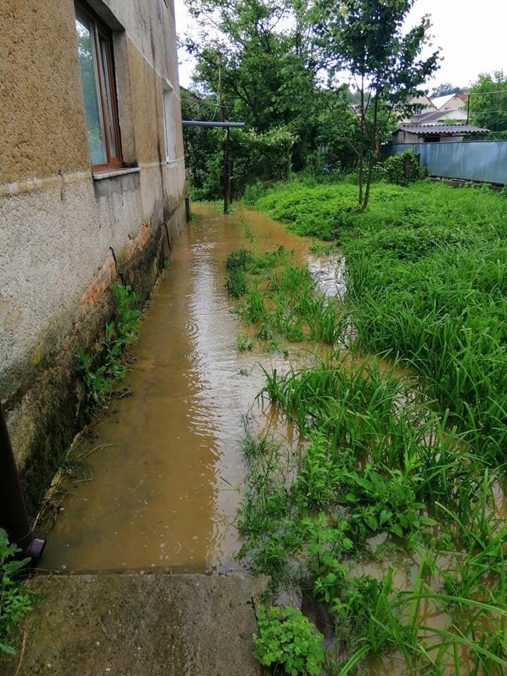 Підтоплені будинки та вулиці: ще одне місто Закарпаття постраждало від негоди (ФОТО), фото-5