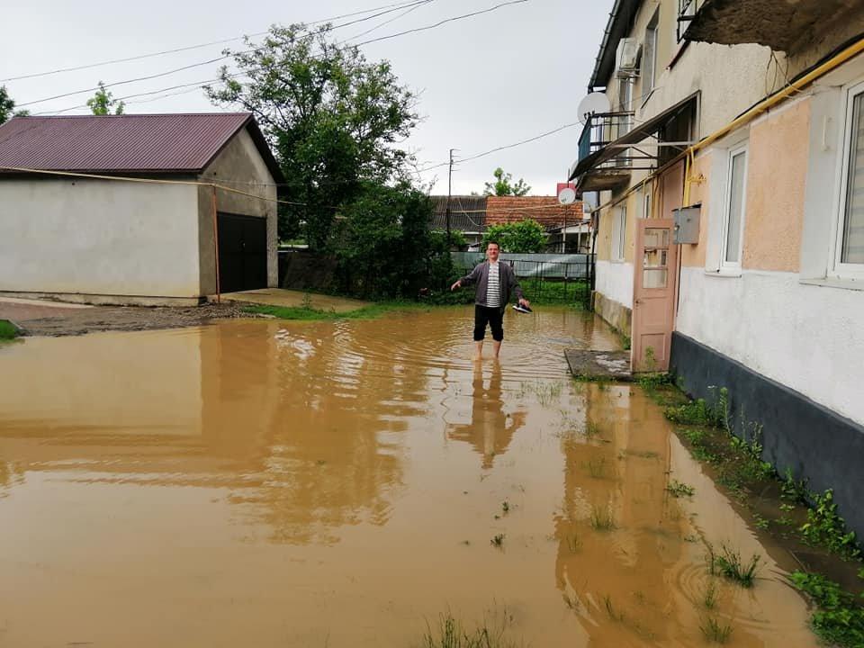 Підтоплені будинки та вулиці: ще одне місто Закарпаття постраждало від негоди (ФОТО), фото-2