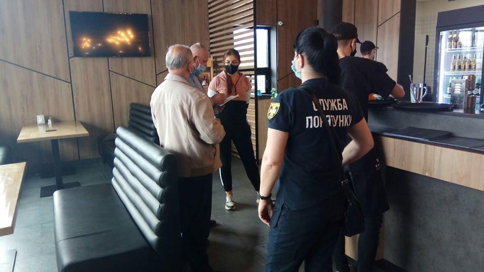 У Виноградові поліція та держпродспоживслужба провела рейд по закладах громадського харчування та торгівлі (ФОТО), фото-4
