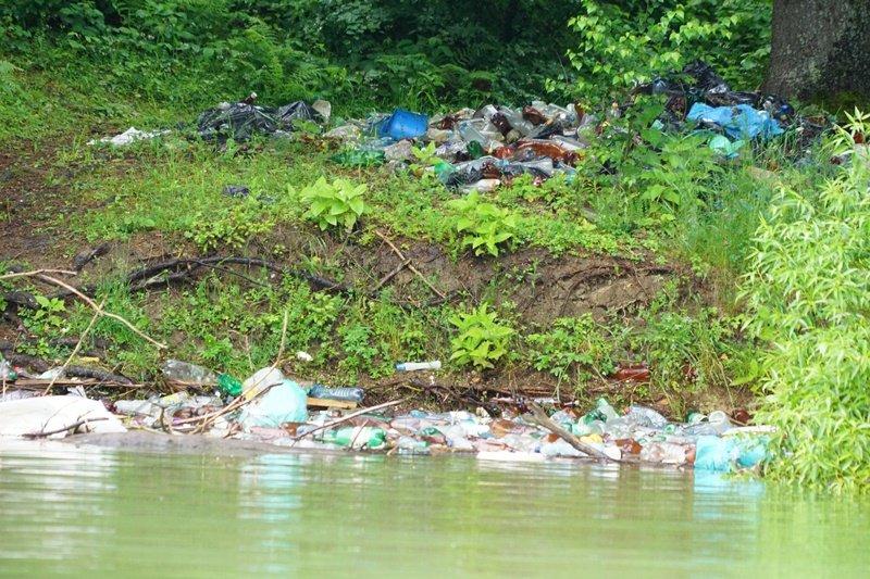 На Закарпатті береги водосховища потопають у смітті (ФОТО), фото-1