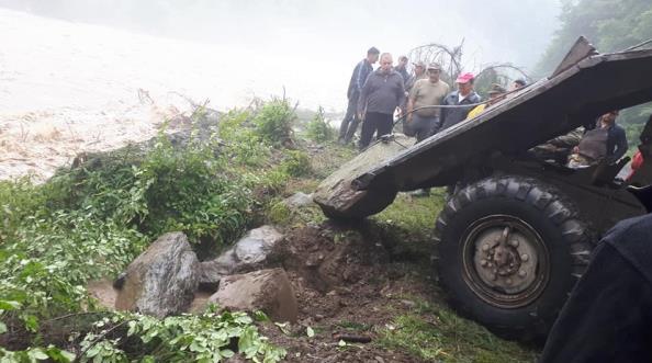 Взяли все у свої руки: як жителі закарпатського селища протистоять водній стихії (ФОТО), фото-5