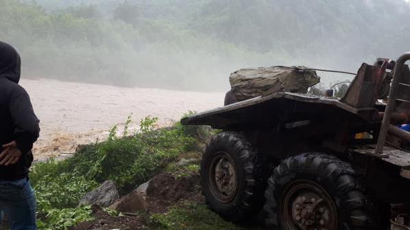 Взяли все у свої руки: як жителі закарпатського селища протистоять водній стихії (ФОТО), фото-2