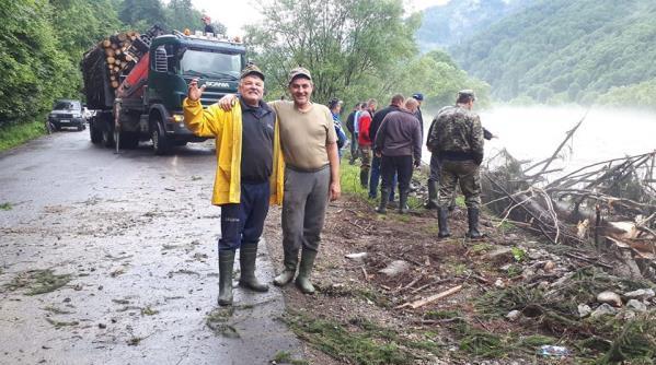 Взяли все у свої руки: як жителі закарпатського селища протистоять водній стихії (ФОТО), фото-1
