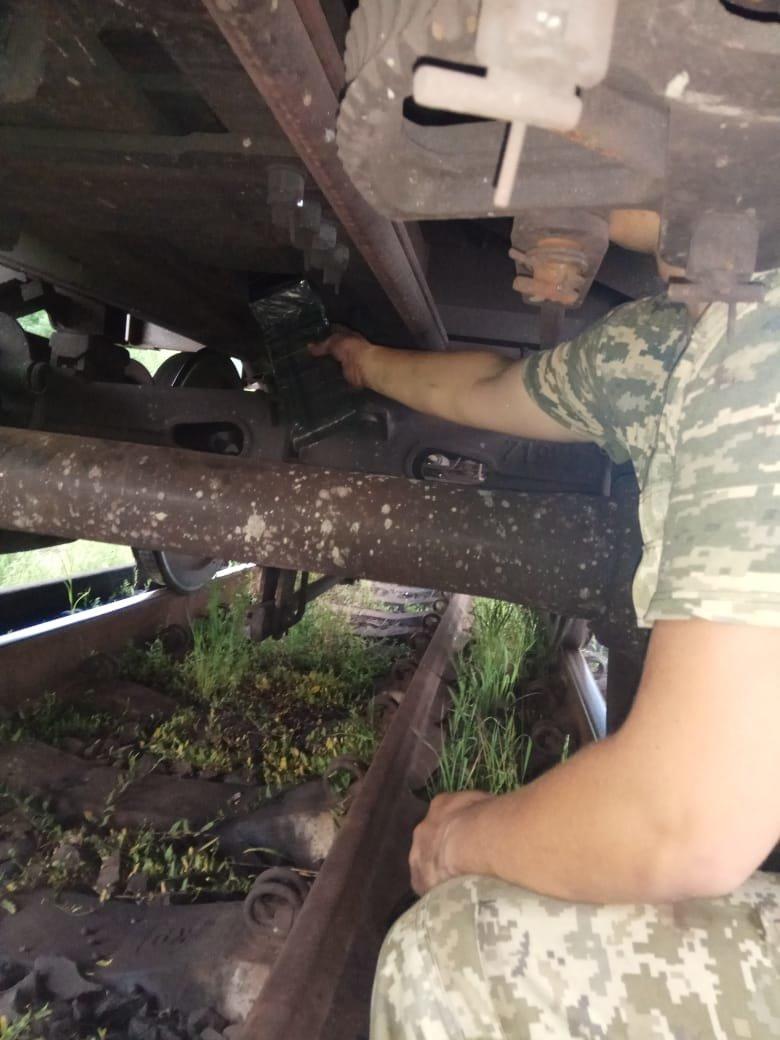 """Чопські прикордонники знайшли в """"угорському"""" вантажному потязі півтисячі пачок контрабандних цигарок (ФОТО), фото-3"""