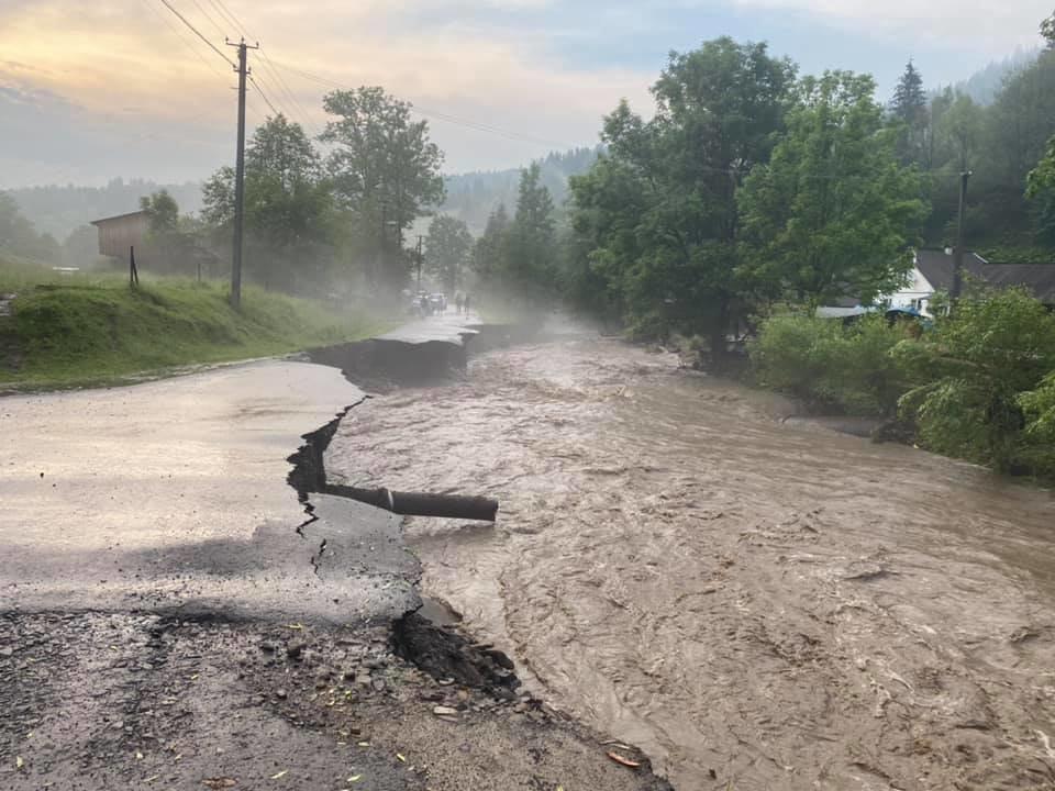 Зруйнувано будинки, автодороги та мости: шокуючі фото наслідків негоди на Закарпатті (ФОТО), фото-10