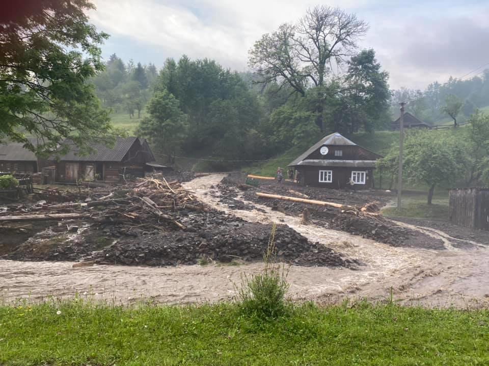 Зруйнувано будинки, автодороги та мости: шокуючі фото наслідків негоди на Закарпатті (ФОТО), фото-9