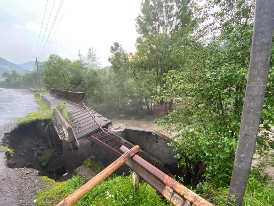 Зруйнувано будинки, автодороги та мости: шокуючі фото наслідків негоди на Закарпатті (ФОТО), фото-12