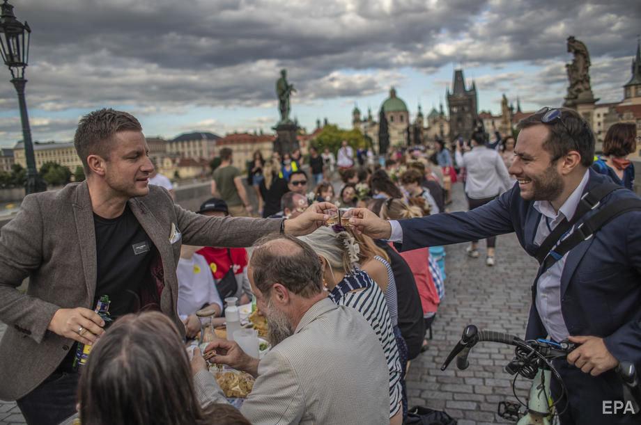 Застілля на 500 метрів: у Празі відсвяткували завершення карантину рекордним гулянням (ФОТО), фото-6