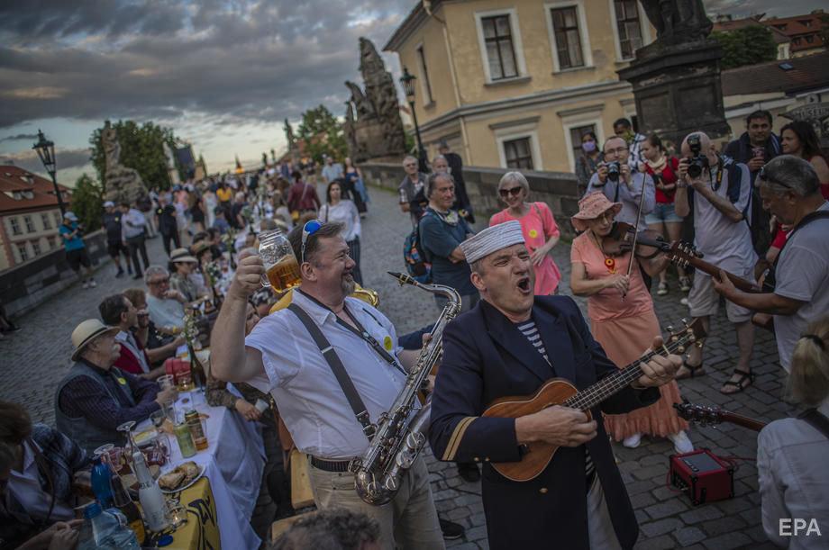 Застілля на 500 метрів: у Празі відсвяткували завершення карантину рекордним гулянням (ФОТО), фото-5