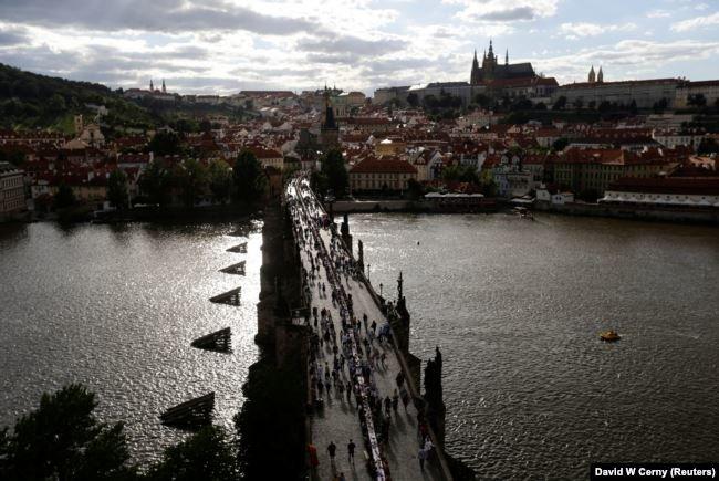 Застілля на 500 метрів: у Празі відсвяткували завершення карантину рекордним гулянням (ФОТО), фото-1