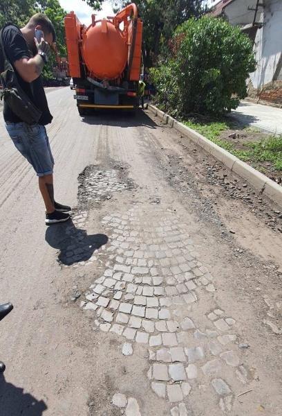 В Ужгороді під старим шаром асфальту виявили давню бруківку (ФОТО), фото-2