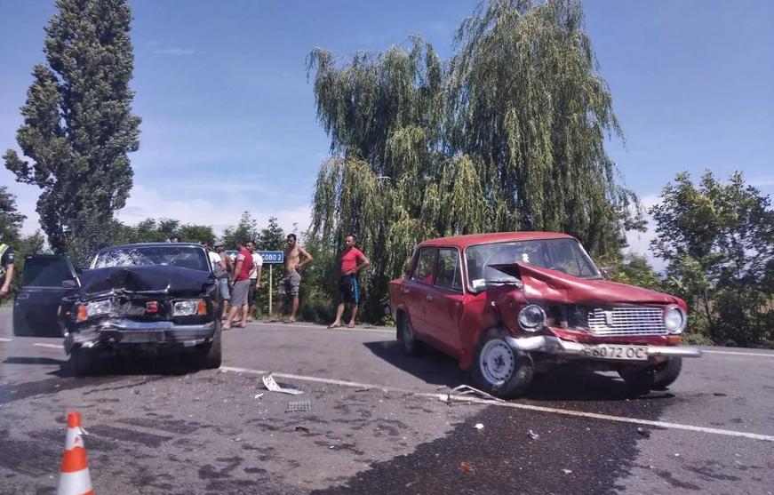 ДТП на Закарпатті: лоб в лоб зіткнулись дві автівки (ФОТО), фото-1