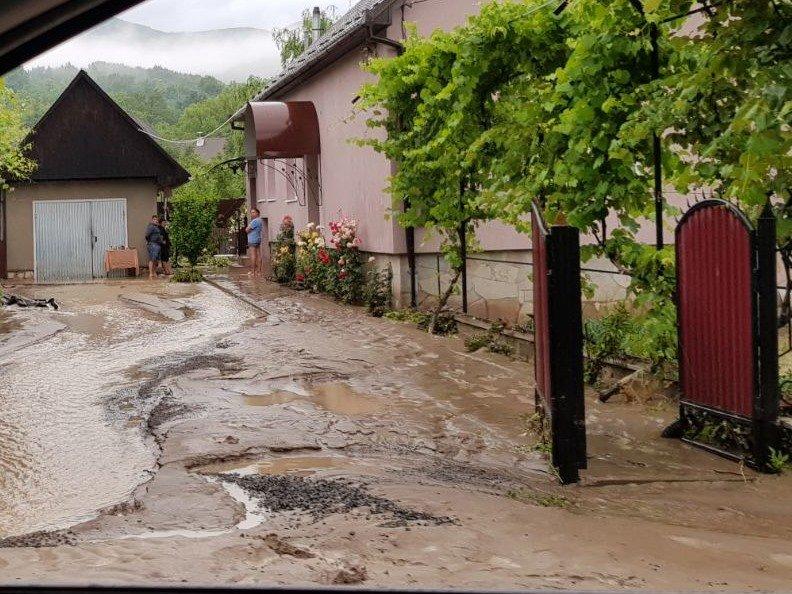 Нічна негода на Закарпатті: траса Київ-Чоп перетворилася на річку (ВІДЕО, ФОТО), фото-3