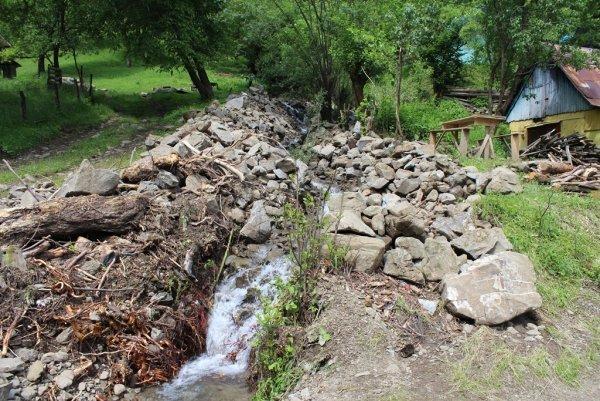 На Закарпатті гірська річка пошкодила бетонний міст (ФОТО), фото-2