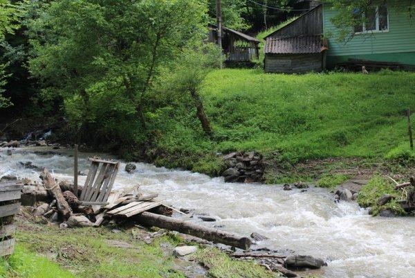 На Закарпатті гірська річка пошкодила бетонний міст (ФОТО), фото-3