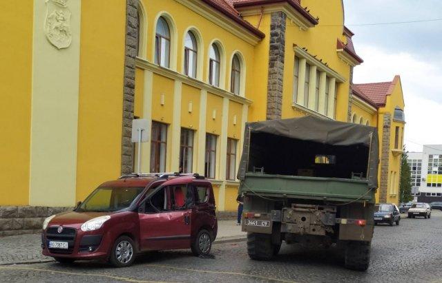"""У Мукачеві військовий """"Краз"""" зіткнувся з """"Fiat"""" - є постраждалі (ФОТО), фото-1"""
