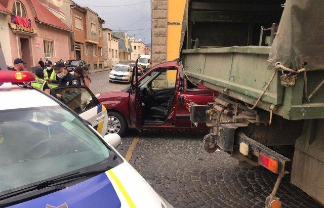 """У Мукачеві військовий """"Краз"""" зіткнувся з """"Fiat"""" - є постраждалі (ФОТО), фото-4"""